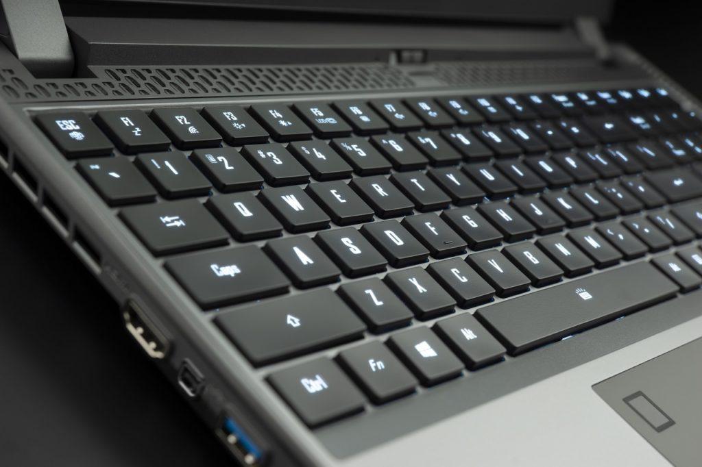 portátil aorus con teclado mecánico