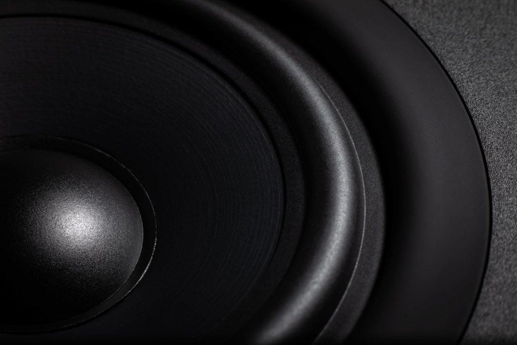 """Cambridge Audio presenta la renovada serie SX de altavoces: La entrada al """"Gran Sonido Británico"""", ahora con acabado negro mate."""